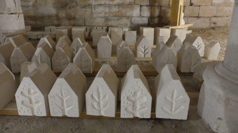 Taille de pierre au cellier médiéval de la maison d'Ourscamp